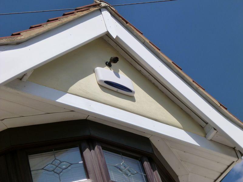 Détecteur de mouvement à l'extérieur d'une maison